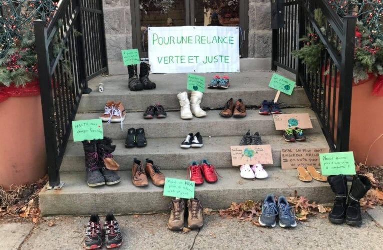 Des bottines pour le climat déposées devant l'hôtel de ville de Saint-Bruno