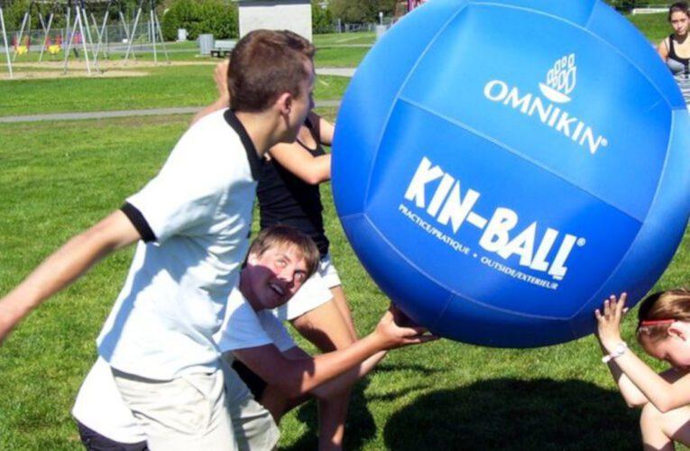 On joue au Lac du Village: kin-ball, spikeball, jeu de dames et twister géants et bien plus encore!