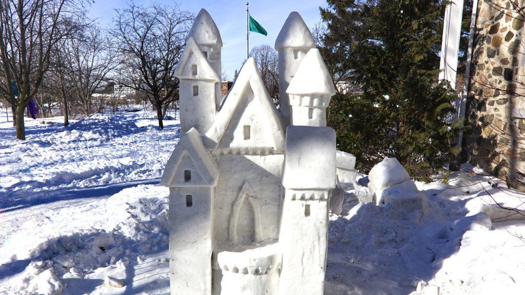 Sculpture sur neige, chateau
